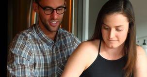 Couples utilisant le téléphone portable banque de vidéos