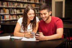Couples utilisant leurs smartphones Photo libre de droits