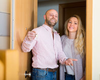 Couples venant pour voir le nouvel appartement photo stock