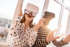 Couples vigoureux sincères transférant au monde de VR Photos stock