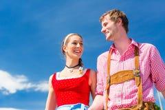 Couples visitant juste bavarois ayant l'amusement Photographie stock libre de droits