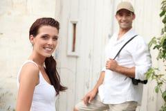 Couples visitant un village Images stock