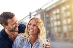 Couples vivaces heureux appréciant une bonne plaisanterie Images libres de droits