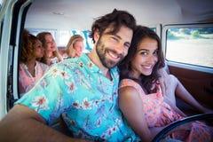 Couples voyageant dans campervan Image libre de droits
