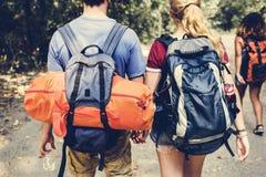 Couples voyageant et ayant l'amusement ensemble photographie stock