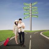 Couples voyageant sur la route Images libres de droits