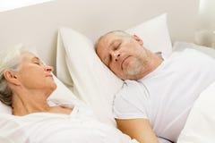Coupleur supérieur heureux se situant dans le mauvais à la maison Photo stock