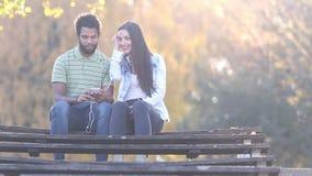 Couplez écouter la musique ensemble, en partageant des écouteurs banque de vidéos
