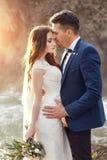 Couplez étreindre au coucher du soleil, couple d'amants embrassant dans le coucher du soleil Weddi Photo libre de droits