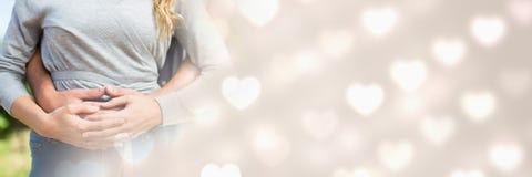 Couplez étreindre avec des coeurs de transition d'amour du ` s de valentine Image stock