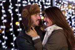 Couplez étreindre dehors en hiver à la patinoire Photos libres de droits