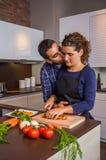 Couplez étreindre et préparer des légumes dans la cuisine photo stock