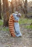 Couplez étreindre tout en utilisant des costumes de chat et de chien Image libre de droits
