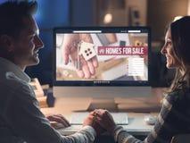 Couplez acheter une maison ensemble photographie stock libre de droits