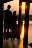 Couplez admirer le coucher du soleil dans Kanchanaburi, Thaïlande Images stock