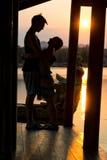 Couplez admirer le coucher du soleil dans Kanchanaburi, Thaïlande Photos libres de droits