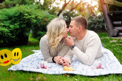 Couplez apprécier dehors un jour estival semblant heureux image libre de droits