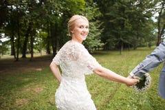 Couplez apprécier dehors un jour estival semblant heureux Image stock
