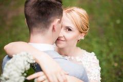 Couplez apprécier dehors un jour estival semblant heureux Photos stock