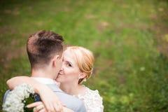 Couplez apprécier dehors un jour estival semblant heureux Photo stock