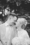 Couplez apprécier dehors un jour estival semblant heureux Photographie stock