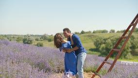 Couplez apprécier des vacances d'été dans la campagne banque de vidéos