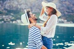 Couplez apprécier l'heure d'été par la mer Photographie stock