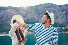 Couplez apprécier l'heure d'été par la mer Image stock
