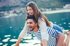 Couplez apprécier l'heure d'été par la mer Image libre de droits