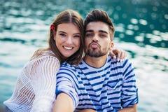 Couplez apprécier l'heure d'été par la mer Images stock