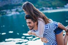 Couplez apprécier l'heure d'été par la mer Photos libres de droits