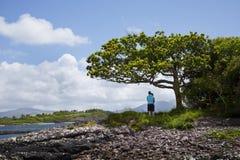 Couplez apprécier la vue à l'anneau de kerry, Irlande Images stock