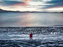 Couplez apprécier la vue de lac Kleifarvatn en Islande photos libres de droits