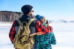 Couplez apprécier le jour sur un lac congelé photos stock