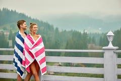 Couplez apprécier le paysage, se tenant près de la piscine à la journée photographie stock libre de droits
