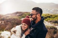 Couplez apprécier un jour d'hiver à la plage Images stock