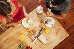 Couplez apprécier un petit déjeuner sain de matin dans la cuisine Photographie stock