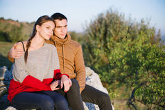 Couplez apprécier romantique, amants examinant la distance, un yo Photo libre de droits