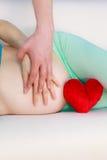 Couplez attendre le bébé, leur ventre enceinte émouvant de mains Photos libres de droits