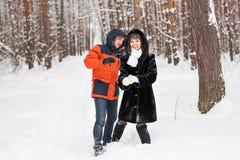 Couplez avoir l'amusement dans le parc d'hiver un jour lumineux riant et souriant Images stock