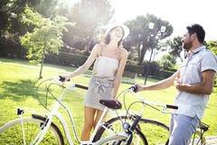 Couplez avoir l'amusement en le vélo en vacances en Italie Images libres de droits