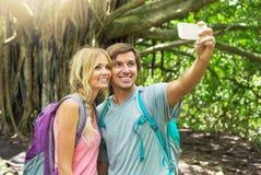 Couplez avoir l'amusement prenant des photos ensemble dehors sur la hausse Photographie stock libre de droits