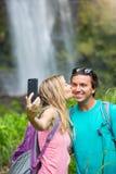 Couplez avoir l'amusement prenant des photos ensemble dehors sur la hausse Image libre de droits