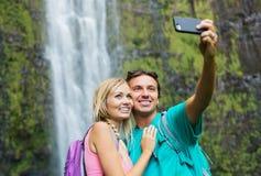 Couplez avoir l'amusement prenant des photos ensemble dehors sur la hausse Photo libre de droits