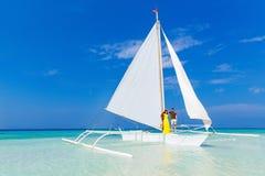 Couplez avoir l'amusement sur la plage tropicale sur le voilier Vaca d'été Image stock