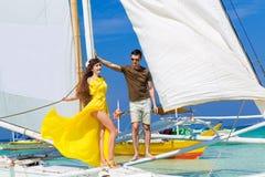 Couplez avoir l'amusement sur la plage tropicale sur le voilier Vaca d'été Photo stock