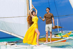 Couplez avoir l'amusement sur la plage tropicale sur le voilier Vaca d'été Photos libres de droits