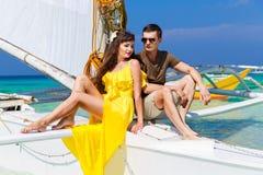 Couplez avoir l'amusement sur la plage tropicale sur le voilier Vaca d'été Photo libre de droits