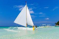 Couplez avoir l'amusement sur la plage tropicale sur le voilier Vaca d'été Images stock