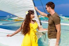 Couplez avoir l'amusement sur la plage tropicale sur le voilier Vaca d'été Photographie stock
